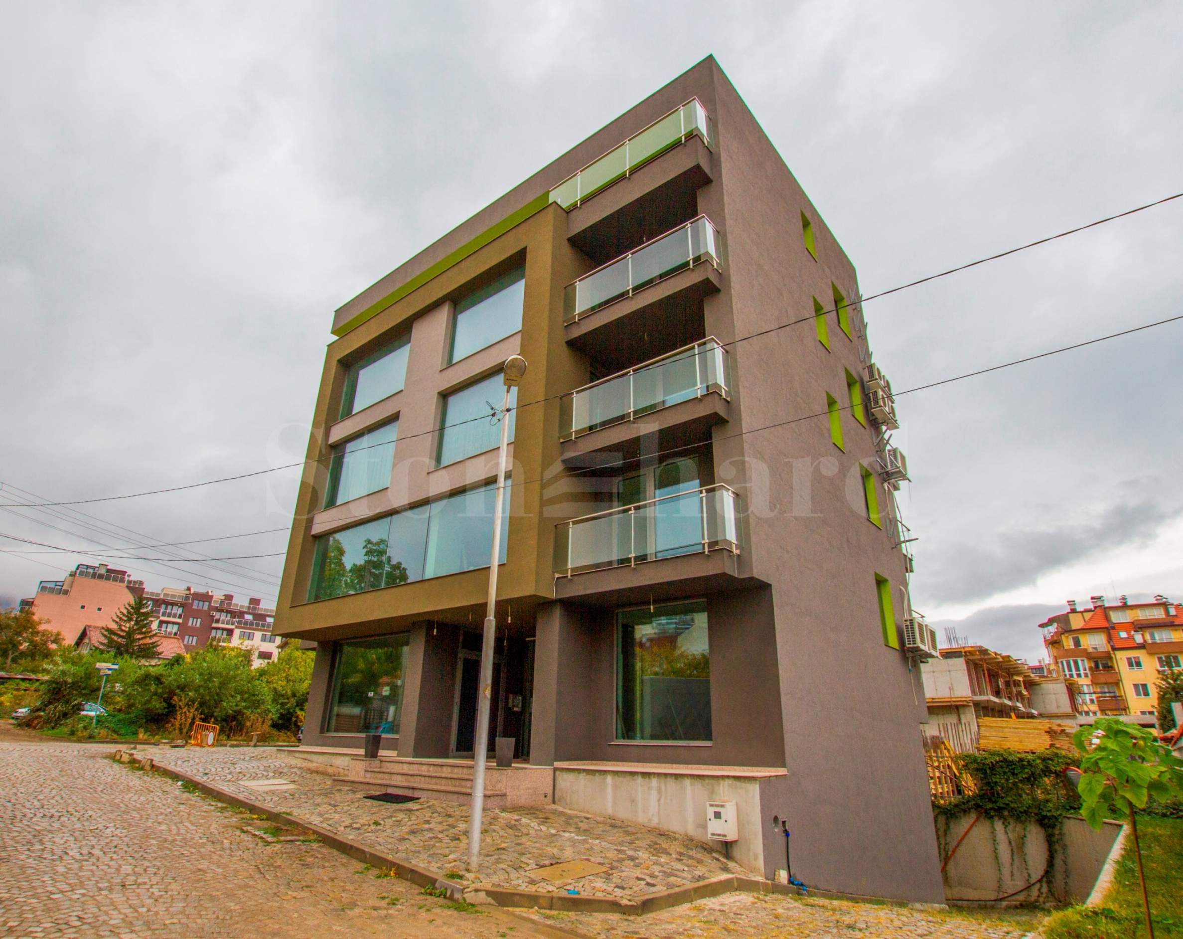 Самостоятелна сграда с жилища и офиси, с подземен гараж1 - Stonehard