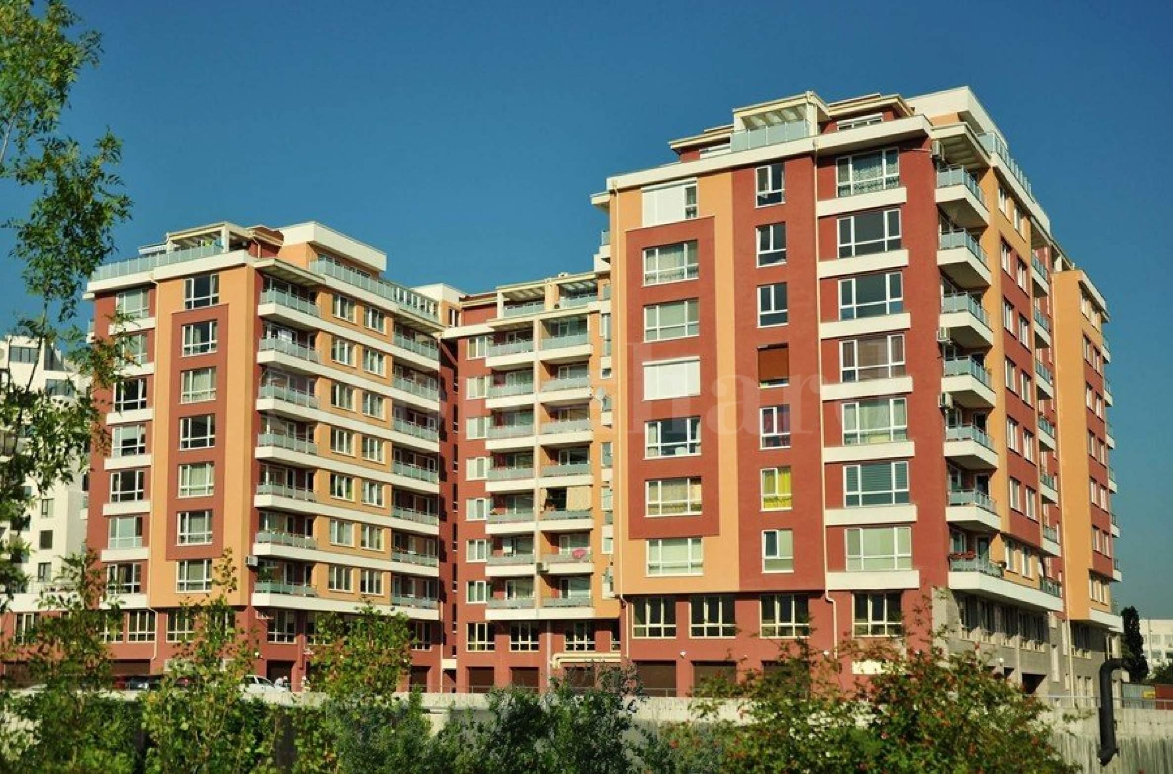Сграда с апартаменти и магазини зад The Mall1 - Stonehard