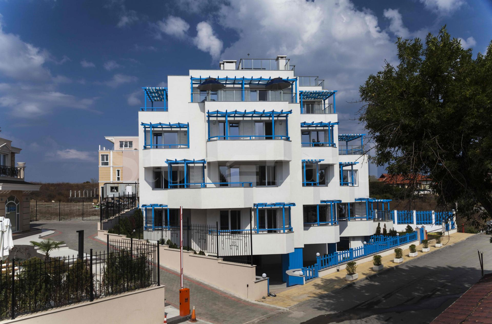 Двустайни апартаменти на първа линия с морски гледки1 - Stonehard